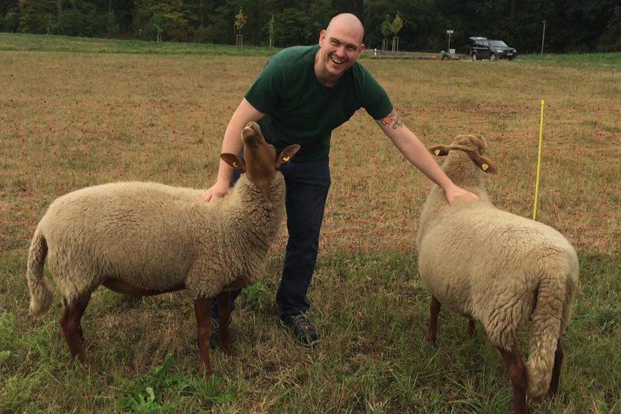 Christian mit Michl und Rosi - Jetzt eine Schaf Patenschaft übernehmen